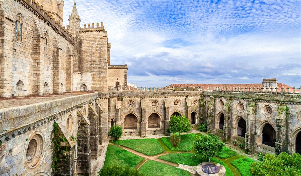 Evora là một thị trấn cổ hơn 2000 năm tuổi