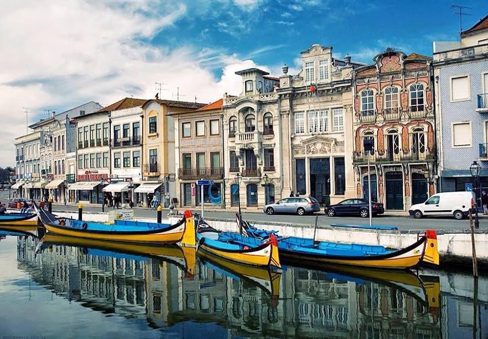 Aveiro nằm dọc theo bờ biển Đại Tây Dương với những con kênh chằng chịt và những cây cầu nhỏ bắc ngang