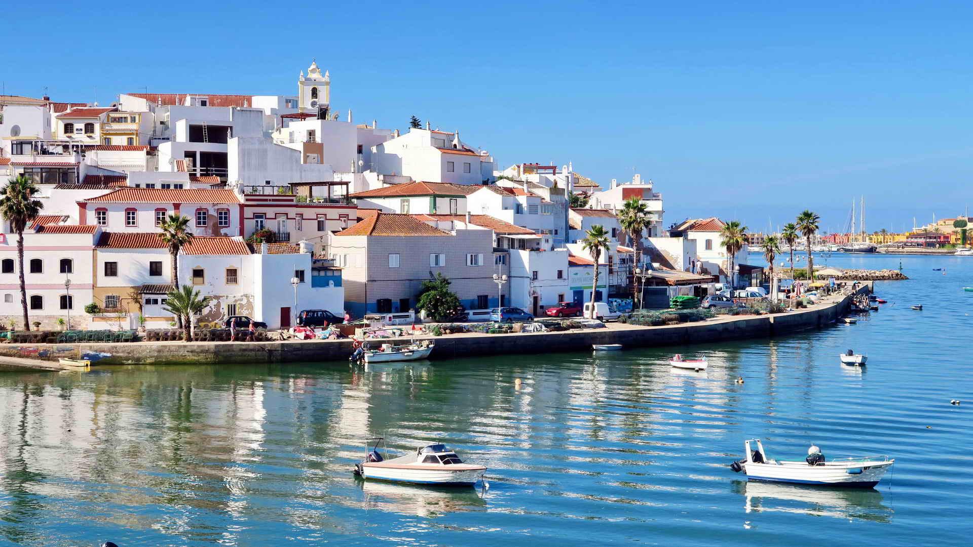 Algarve nổi tiếng với những ngôi làng phủ màu trắng bình yên