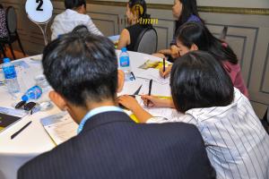 Các nhà đầu tư đang viết những câu hỏi xung quanh chương trình EB-5 và dự án The Spiral gửi đến ban diễn giả