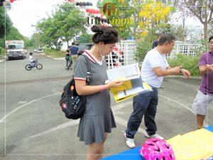 Một khách tham dự chăm chú xem brochure của Interimm