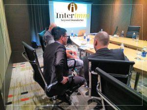 Ông Chris Đặng cùng các chuyên gia di trú Mỹ đang tư vấn cho một nhà đầu tư quan tâm
