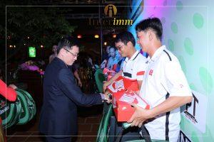 Ông Chris Đặng - đại diện nhà tài trợ Interimm đang trao các phần quà đến những thí sinh xuất sắc nhất giải đấu
