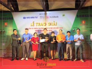 Ông Lê Anh Minh, ngoài cùng bên phải, đại diện nhà tài trợ trao giải cho các vận động viên tham dự giải golf từ thiện Swing for the Kids 2018 do Báo Đầu tư tổ chức