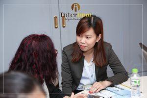 Một khách hàng đang được tư vấn bởi chuyên gia của Interimm