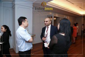 Nhà đầu tư đang trao đổi cùng luật sư di trú Ahmed Khan