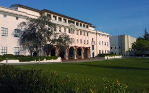 Nếu chỉ nhìn từ đằng trước lối vào Caltech, không ai có thể đoán được đây là ngôi trường có quy mô nhỏ nhất trong top đầu trường đại học chất lượng nhất Thế giới
