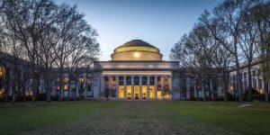 Vẻ đẹp của MIT càng trở nên rực rỡ dưới ánh đèn vào buổi chạng vạng